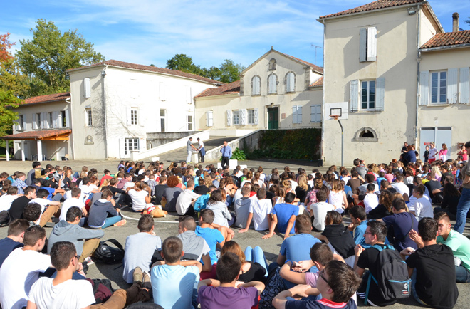 rassemblement-eleves-cour