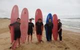 Les internes courageux surfent dans l'océan à 12 degrés